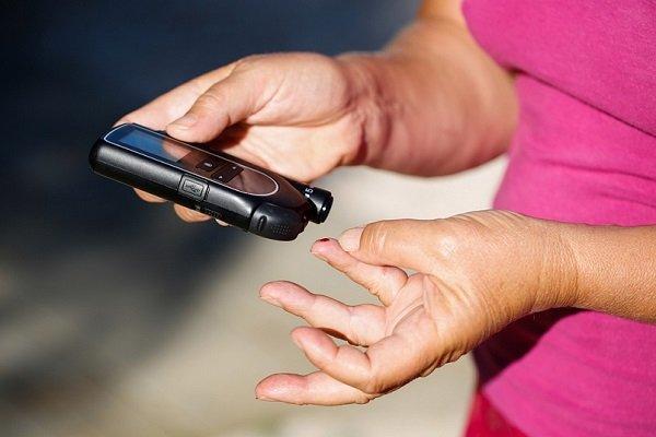 Женщина проводит вторичную профилактику сахарного диабета