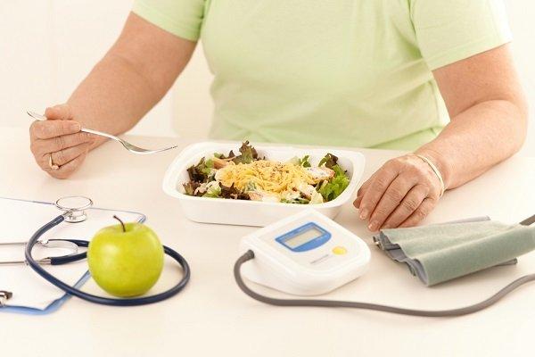 Женщина соблюает диету при диабете с правильным питанием