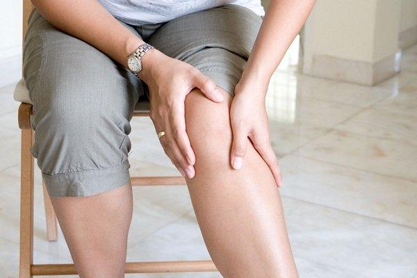 Девушка с сахарным диабетом лечит отек ног