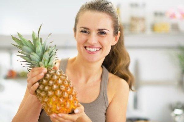 Девушка держит ананас