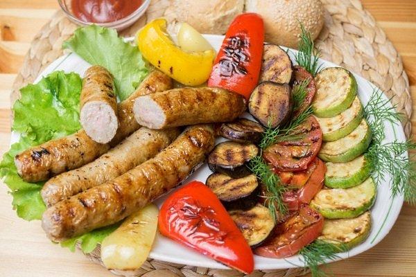 Колбаса с овощами